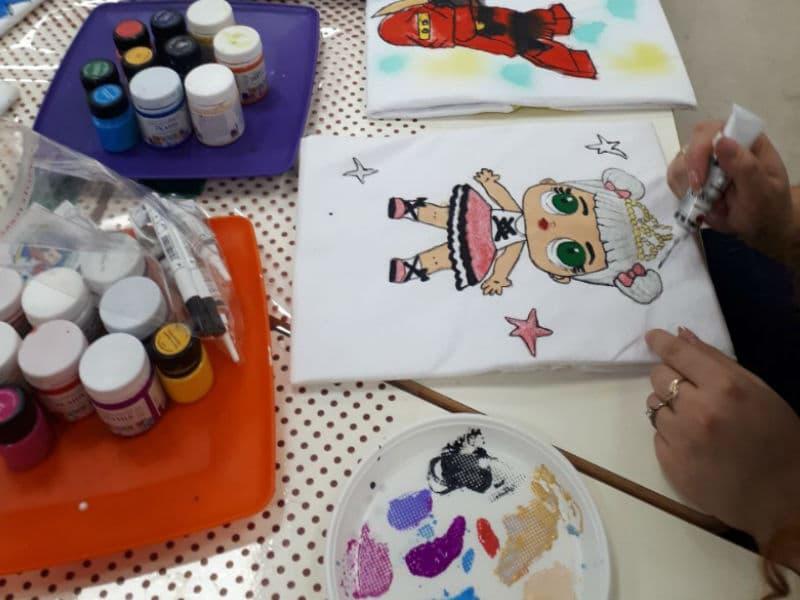 Нанесение куклы ЛОЛ на мастер-классе Роспись фуболки