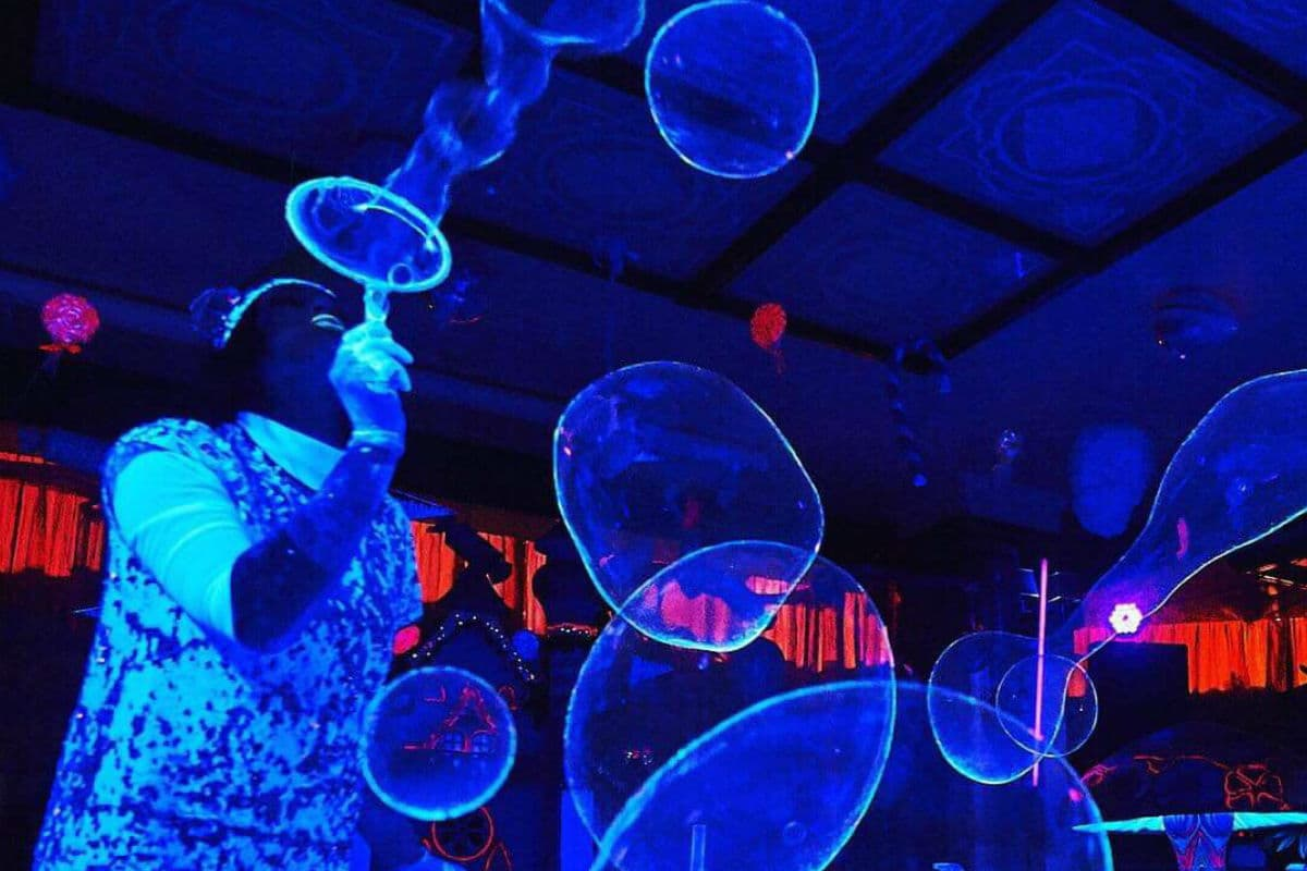 Шоу ярких неоновых мыльных пузырей