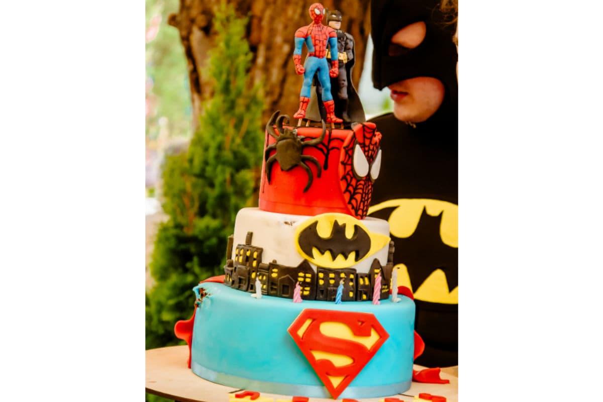 Красивый и вкусный торт на праздник «Бэтмен и Спайдермен»